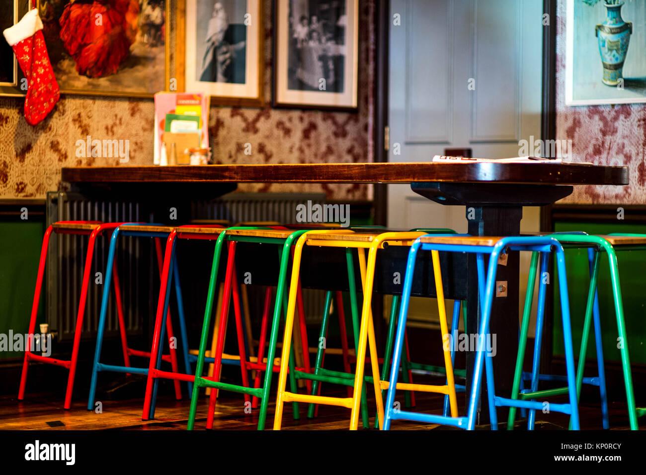 Colorato bar sgabelli in un ristorante con christmmas decorazioni e