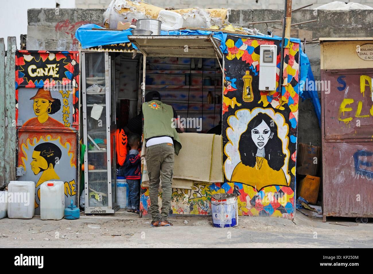 A buon mercato parrucchiere, Medina district, Dakar, Senegal Africa Occidentale. Immagini Stock