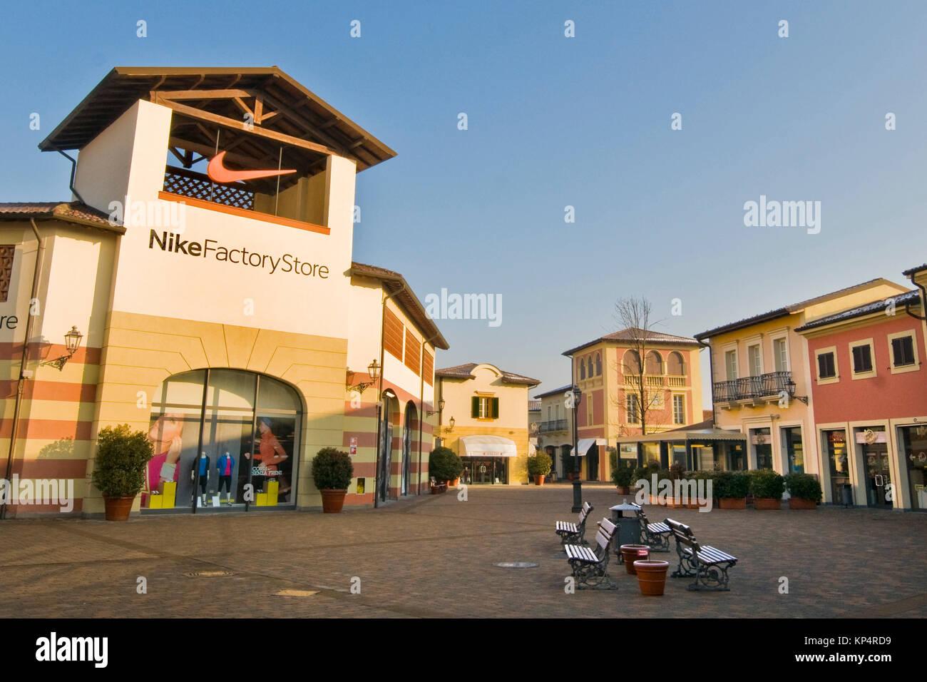 Designer Outlet Serravalle Scrivia Alessandria Immagini & Designer ...