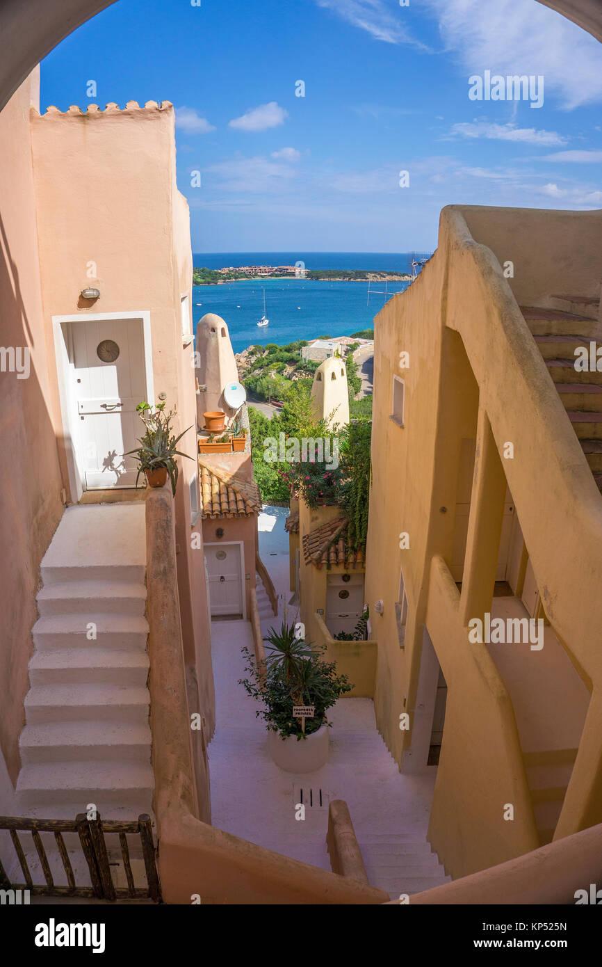 Vista tra le case ingresso della Marina, il porto degli yacht di Porto Cervo, destinazione di lusso in Costa Smeralda, Immagini Stock