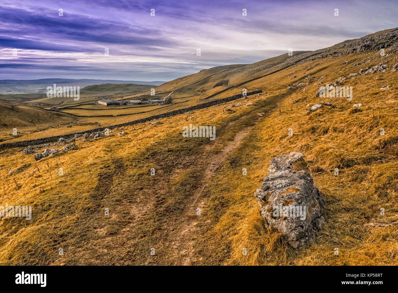 Passeggiate in collina sopra depositare e Malham nel Yorkshire Dales Immagini Stock
