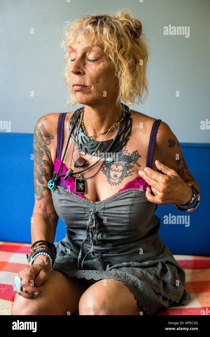 Adulta e matura donna caucasica con tattoo 5751386faa3c