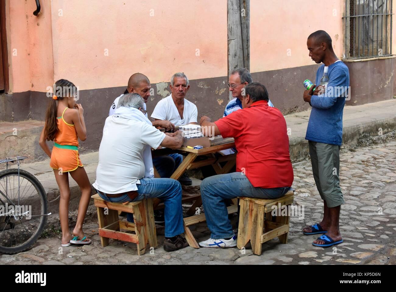 Uomini cubano gioca domino in una sreet di Trinidad, Cuba. Immagini Stock