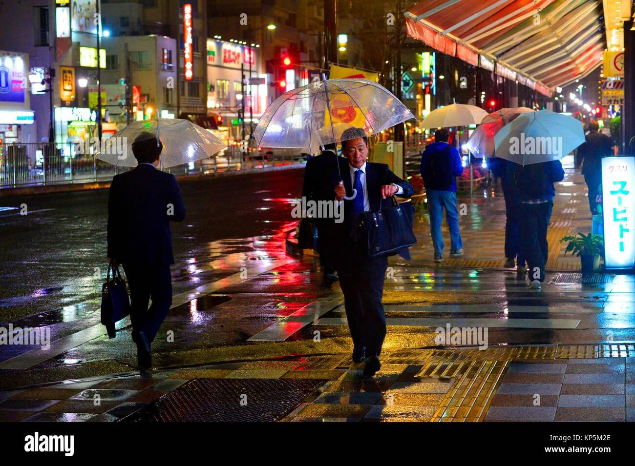 Un strret di Asakusa di notte un giorno di pioggia, Tokyo, Giappone, Asia. Immagini Stock
