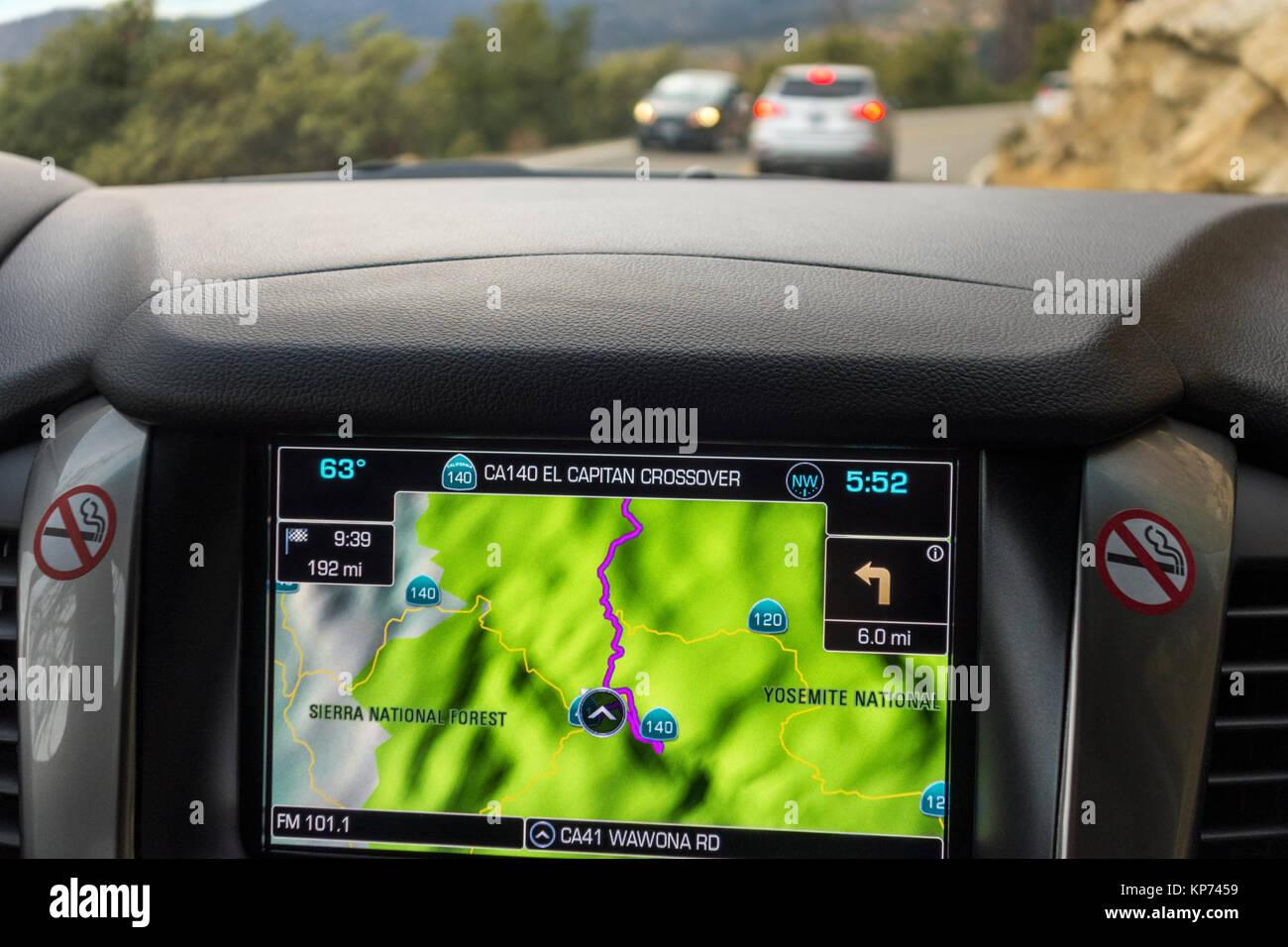 Sat Nav, satnav, GPS di navigazione per auto integrata nel cruscotto in American SUV Chevy Tahoe 2018. Guidando attraverso il Parco Nazionale di Yosemite. Foto Stock