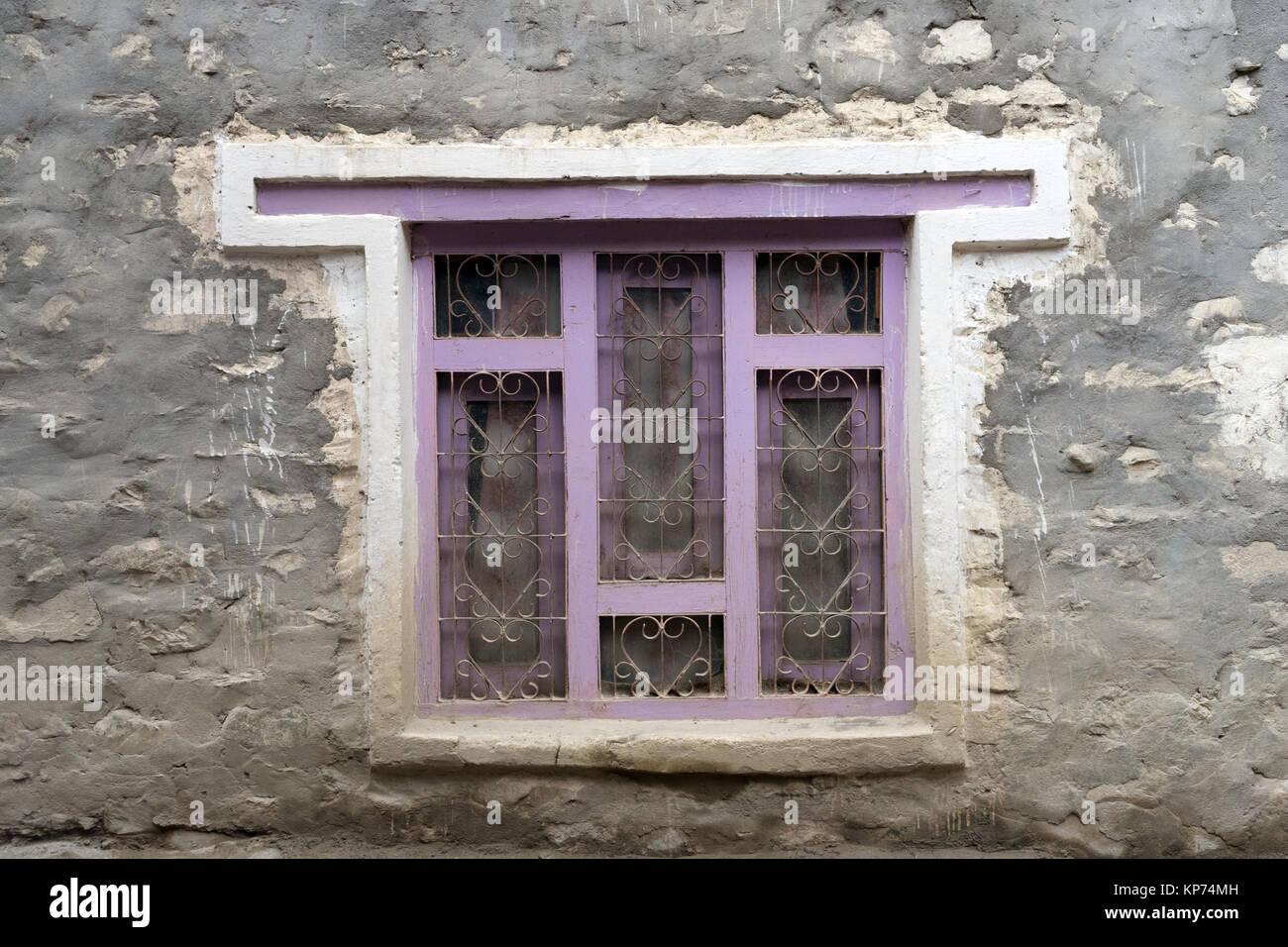 Esterno Di Una Casa : Finestra con viola il telaio in legno sul muro esterno di una casa