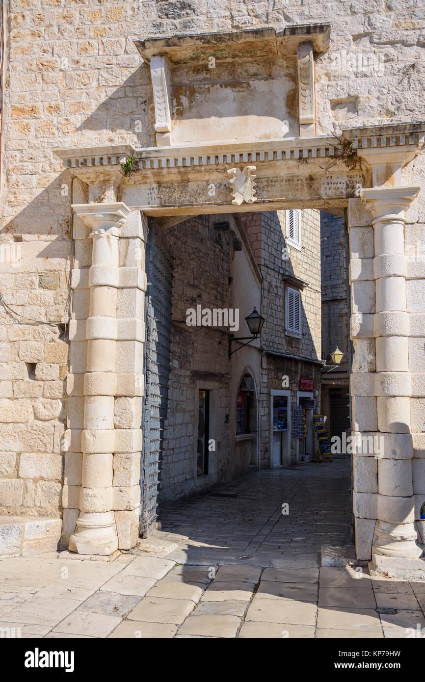 Porta nelle mura della città, il centro storico di Traù, Croazia Immagini Stock