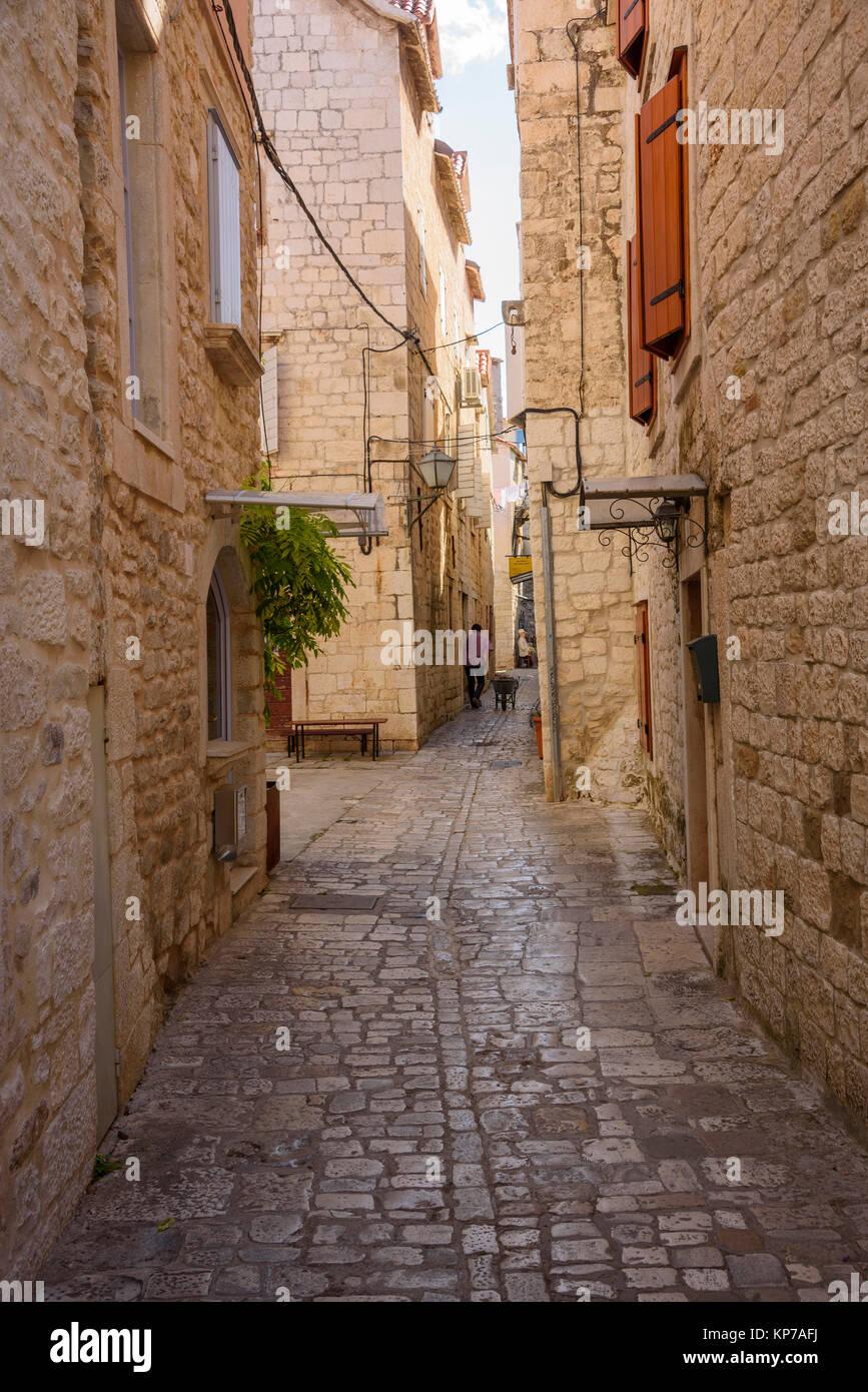 Strade strette, centro storico di Traù, Croazia Immagini Stock