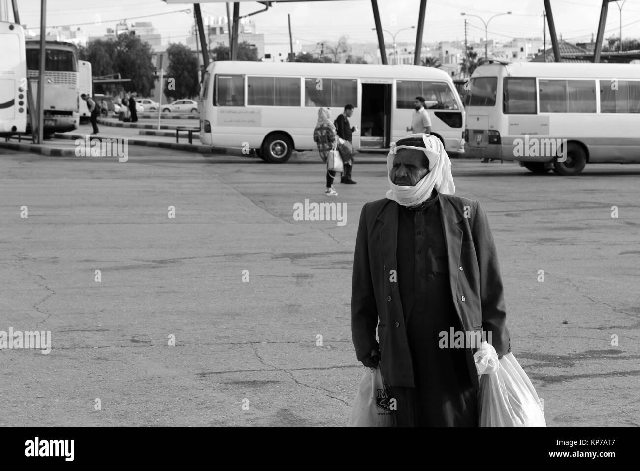 Arab vestito senior presso la fermata del bus - 20/05/2017 - Giordania/Amman - Sguardi Aridi da Ali Raffaele Mataró Immagini Stock