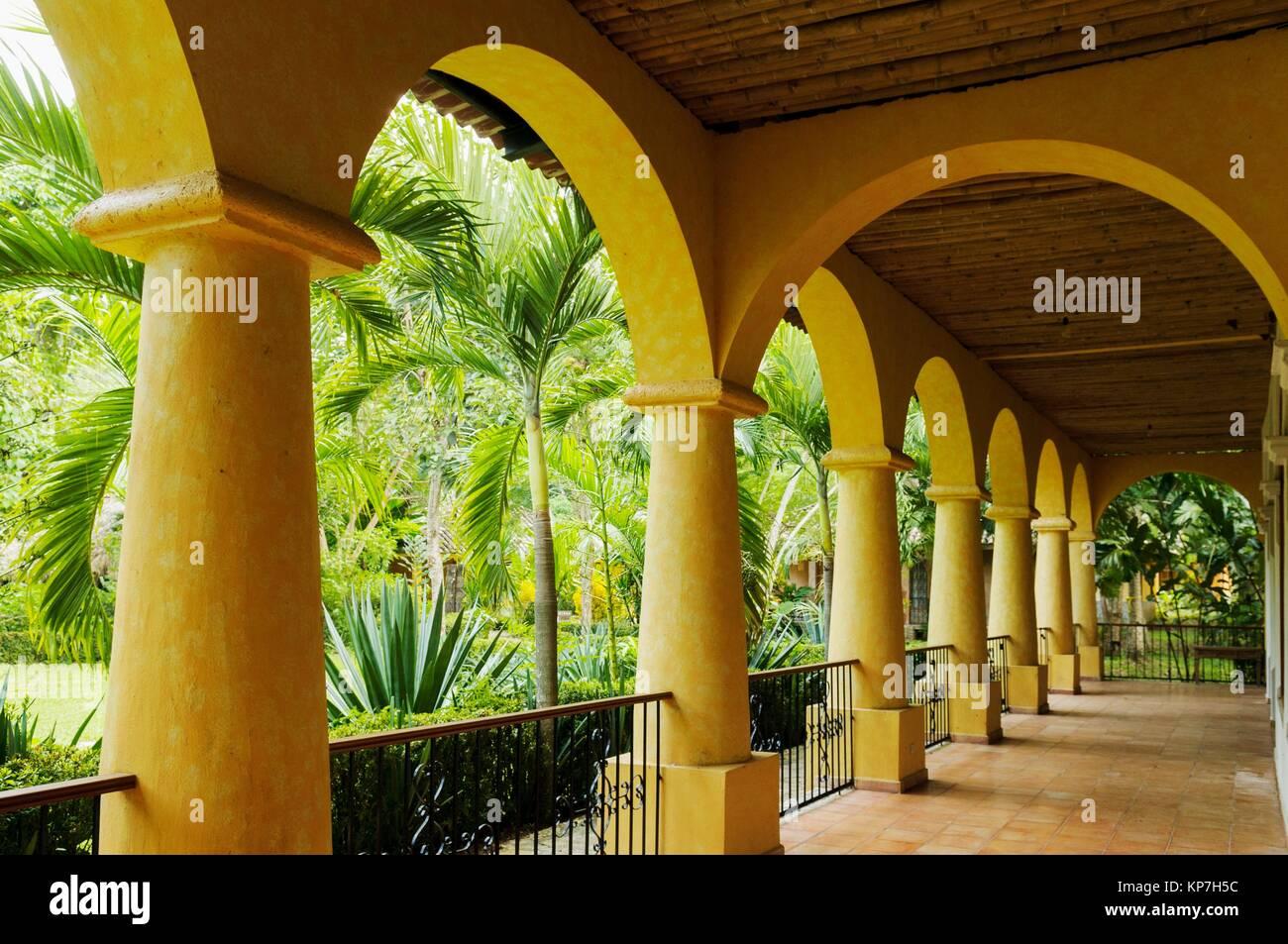 Kolem Jaa Hotel e bungalow offrono attività quali equitazione, zip fodera, rappel, discesa in corda doppia Immagini Stock