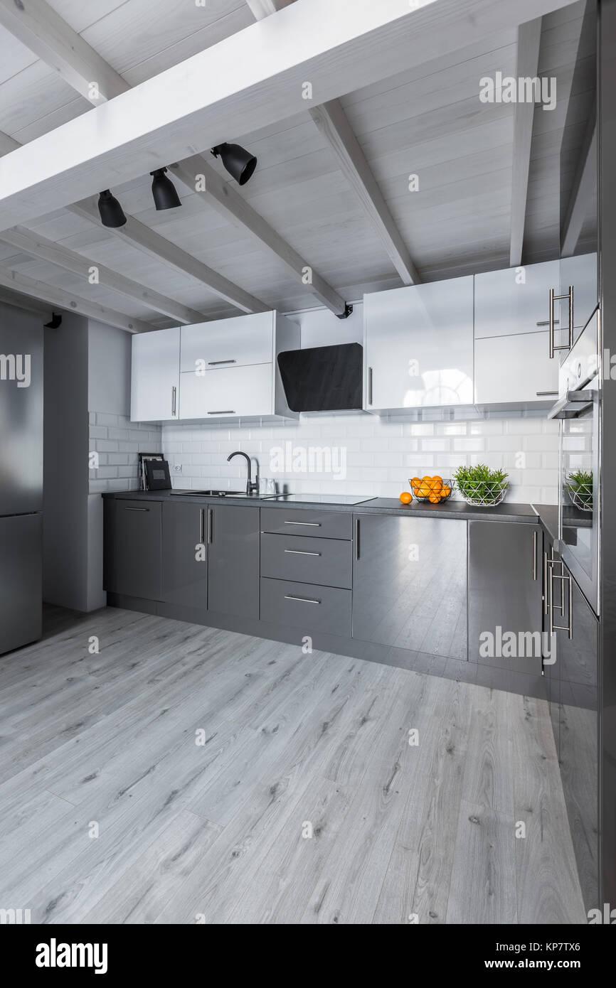 Grande cucina contemporanea con armadi bianchi, metro ...