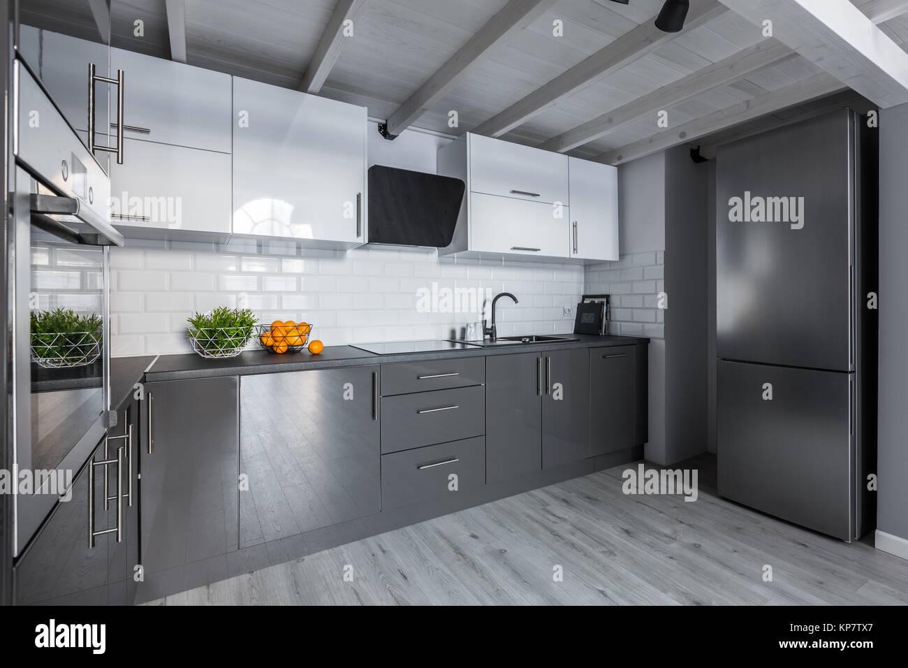 Moderno e di colore bianco e grigio cucina con metro piastrelle e ...