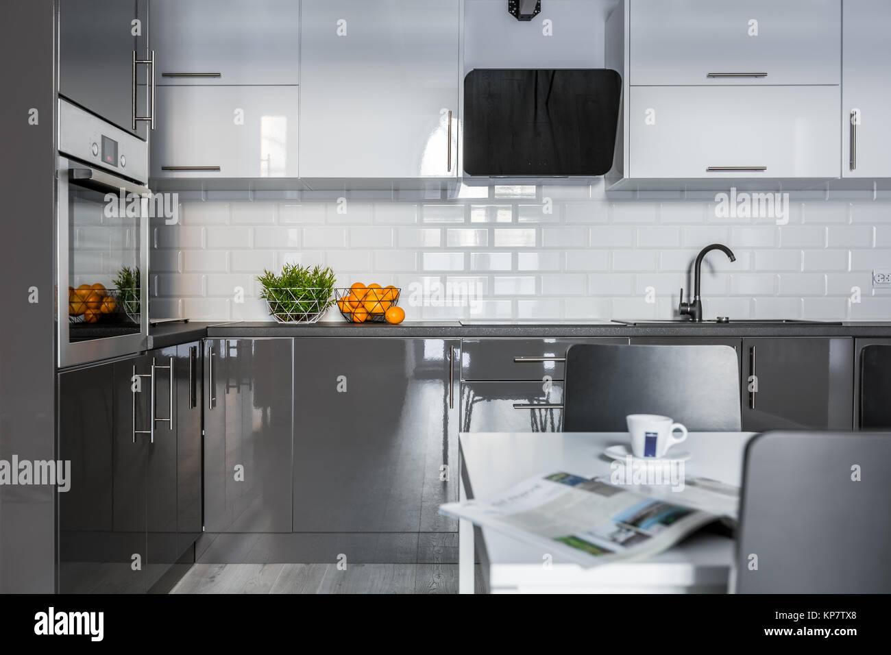 Cucine Bianco Grigio : Alta bianco lucido e grigio armadi in cucina moderna foto