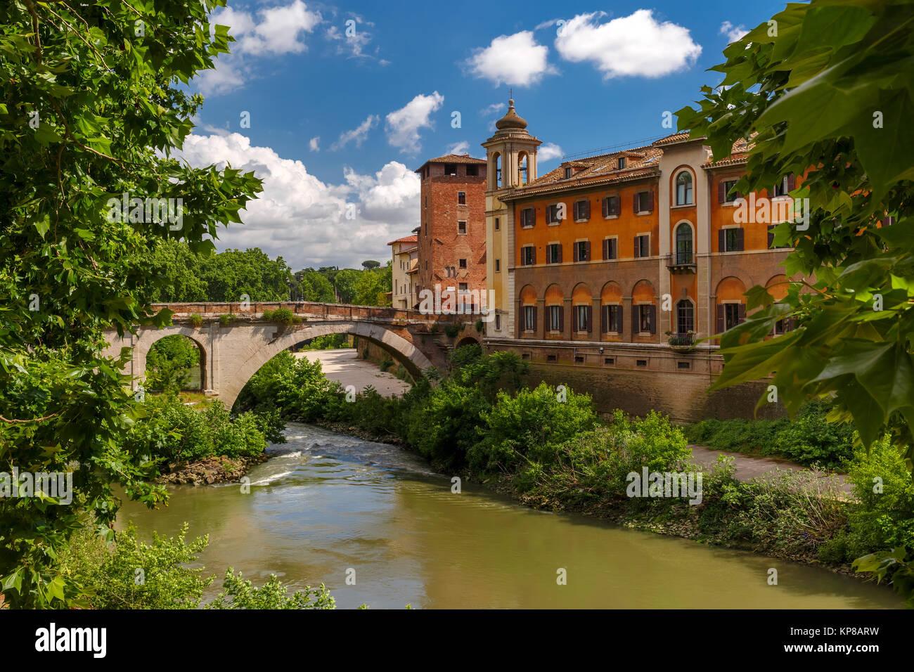 Isola Tiberina in giornata soleggiata, Roma, Italia Immagini Stock