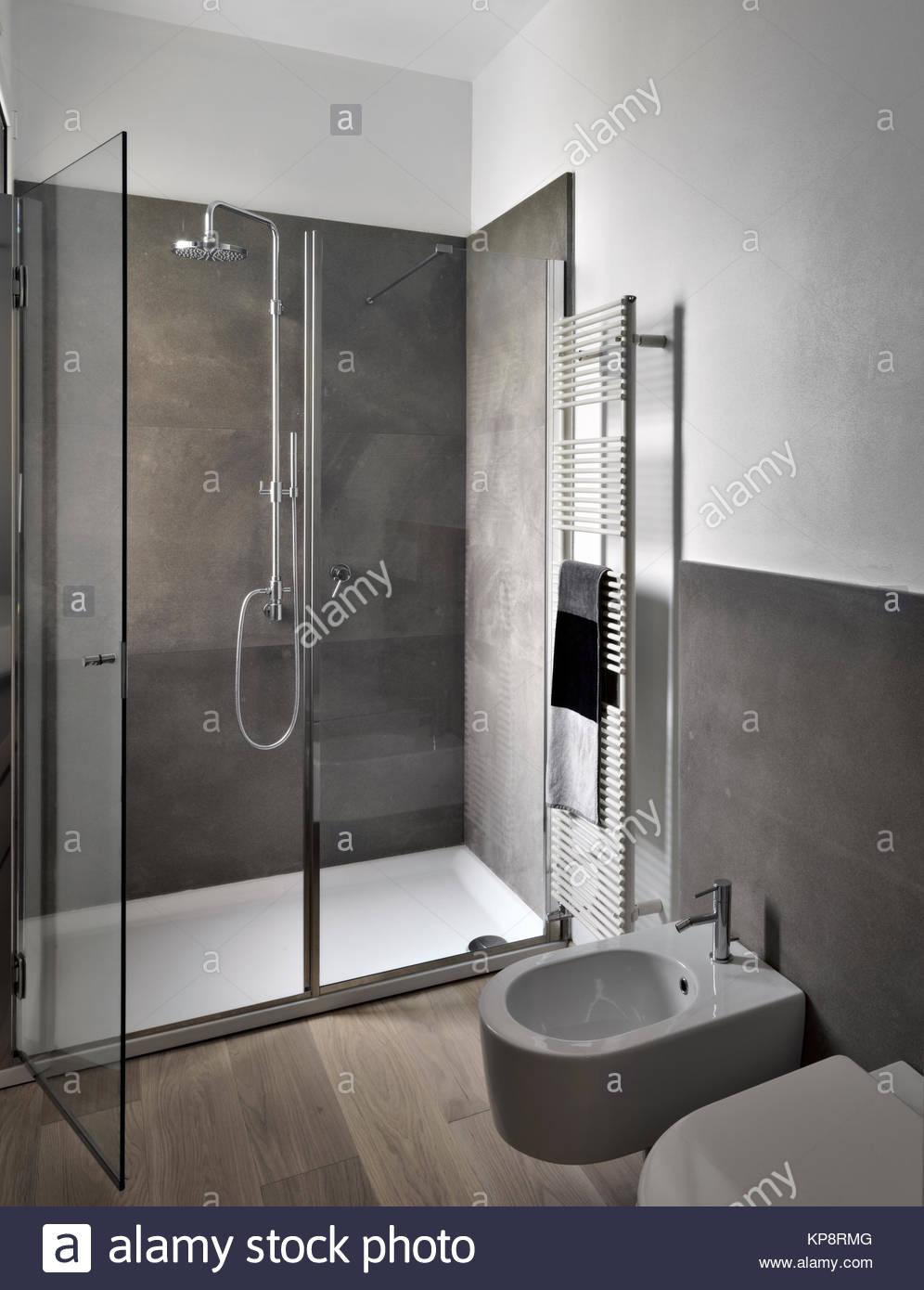 Box Doccia A Pavimento.Vista Interna Della Moderna Bahtroom Con Box Doccia In Vetro E