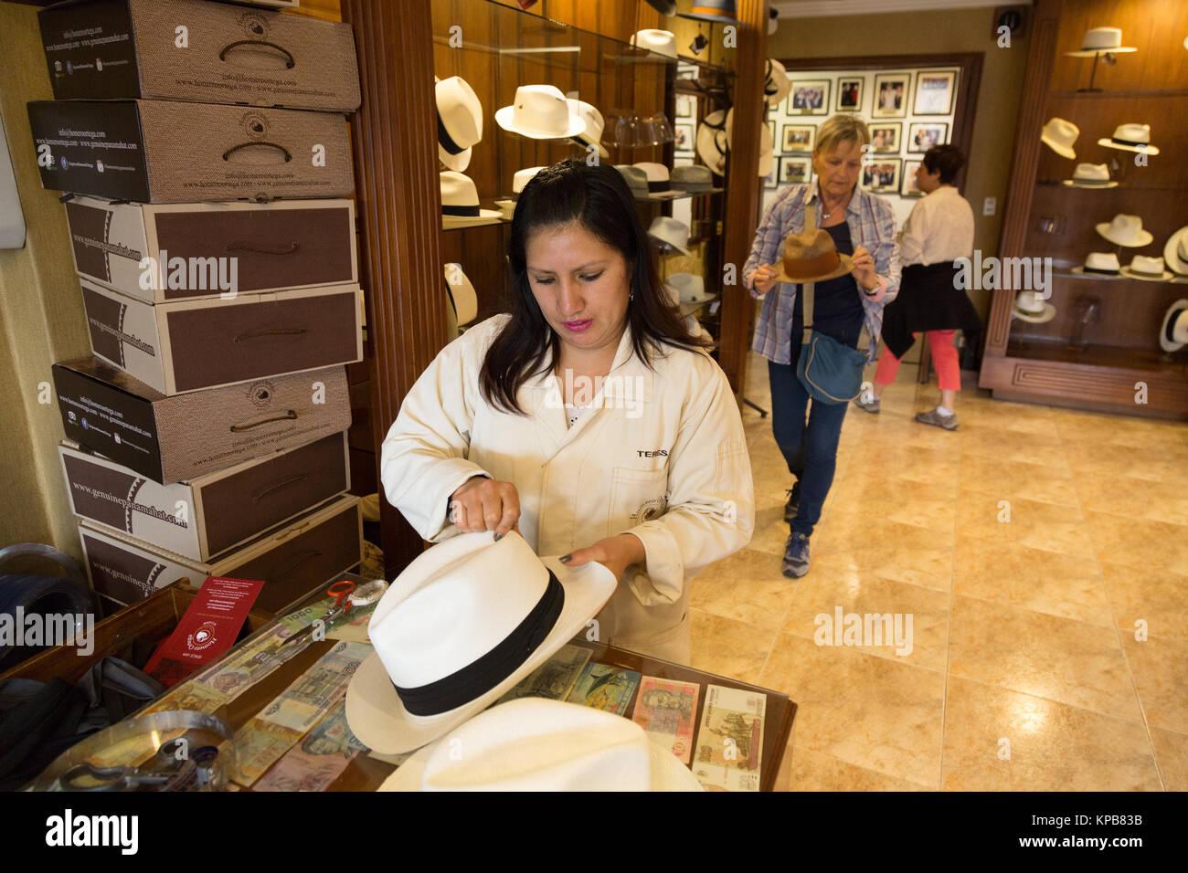 Una donna vendita di Panama cappelli in un cappello di Panama negozio della  fabbrica d40064307414