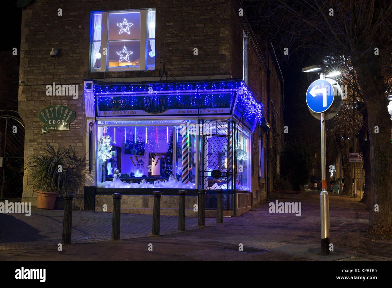 Blue luci di natale e le decorazioni di natale nel bordo di taglio