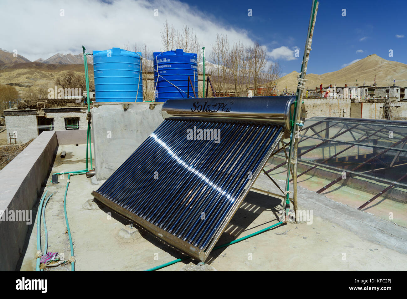 Calorifero di acqua solare collettore e i serbatoi sul tetto di una guesthouse in Lo Mantang, Mustang Superiore Immagini Stock
