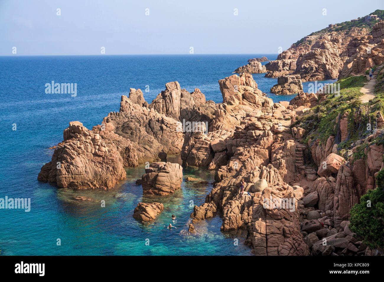 Spiaggia balneare presso la costa rocciosa di Costa Paradiso, rocce di porfido, Sardegna, Italia, mare Mediterraneo, Immagini Stock