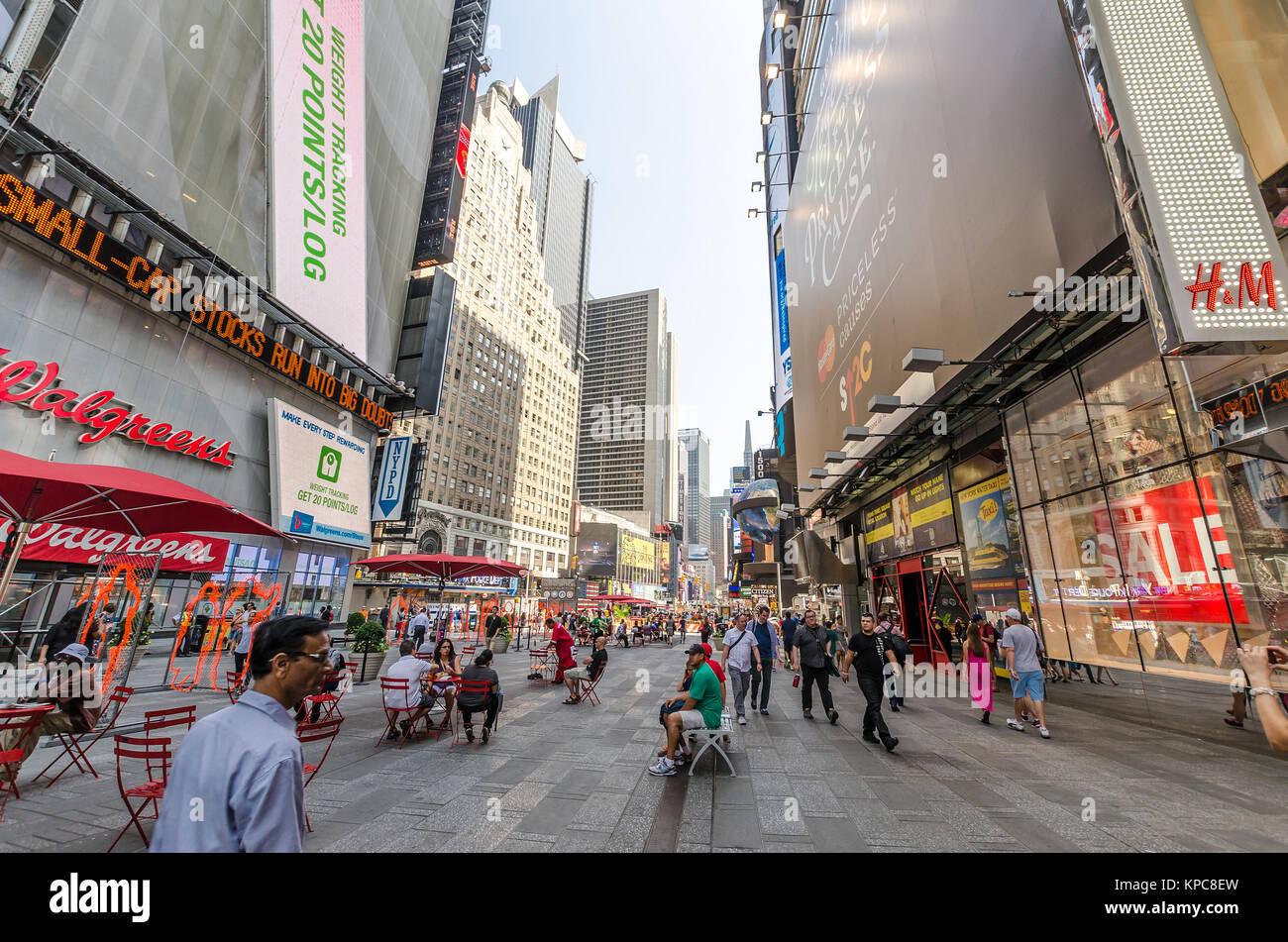NEW YORK CITY - 22 Luglio: vicinanza della installazione di Arles Del Rio in Times Square sulla luglio 22, 2014 Immagini Stock