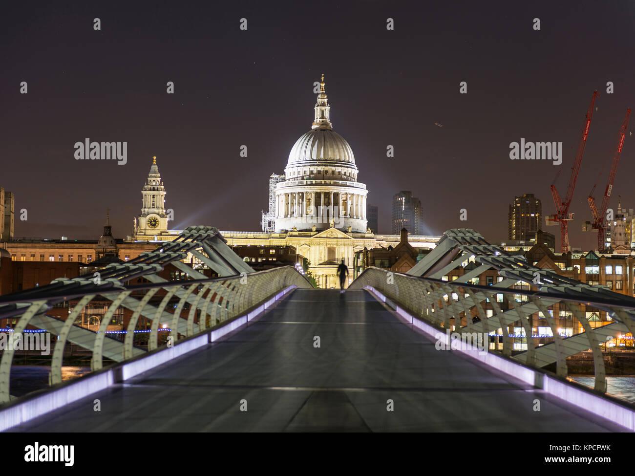 Millennium Bridge e la Cattedrale di St Paul di notte, Londra, Inghilterra, Gran Bretagna Foto Stock