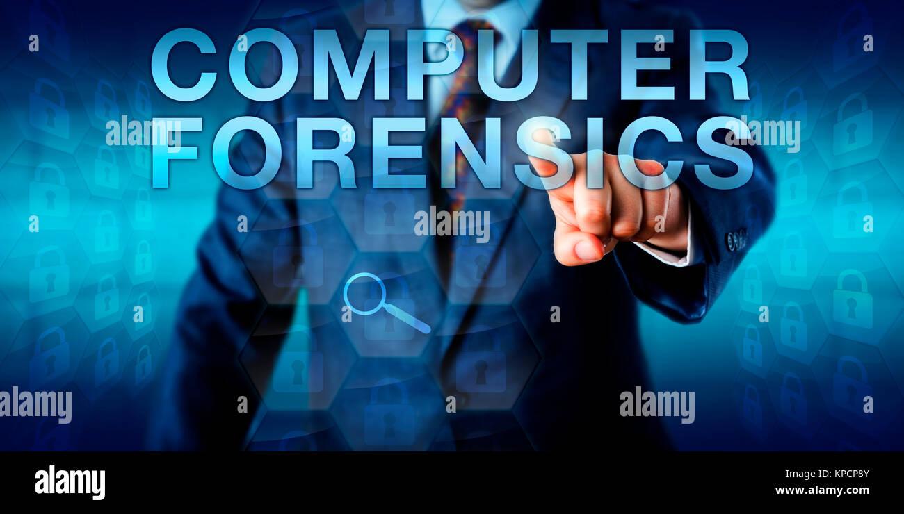 Esperto forense premendo Computer Forensics Immagini Stock