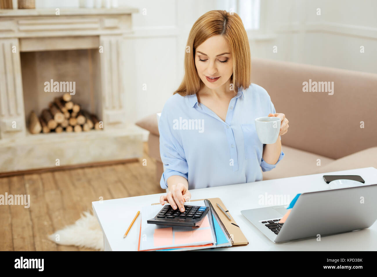Fiducioso sorridente imprenditrice che lavora da casa Immagini Stock