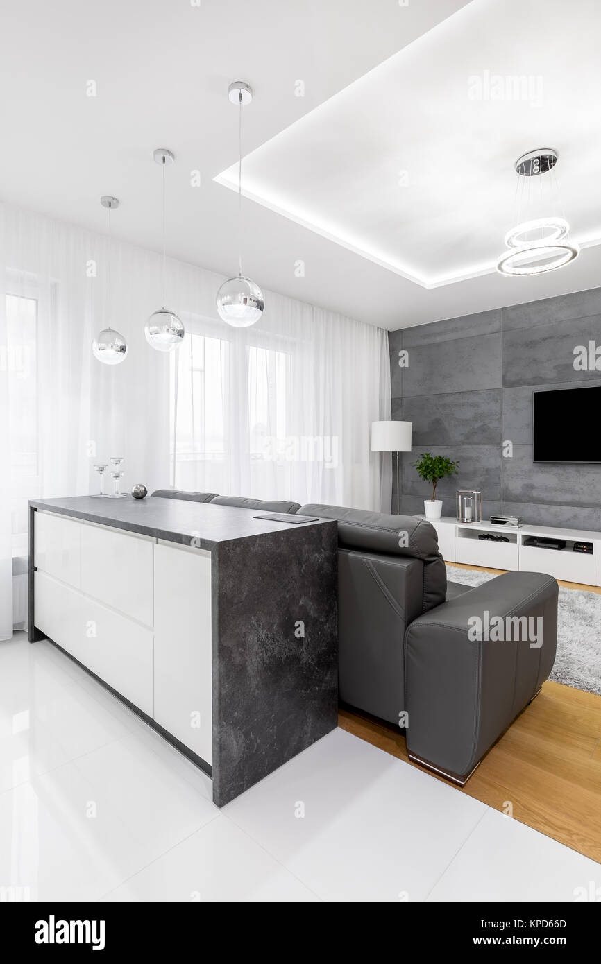 Isola con piano di lavoro in marmo granito in cucina aperta accanto ...