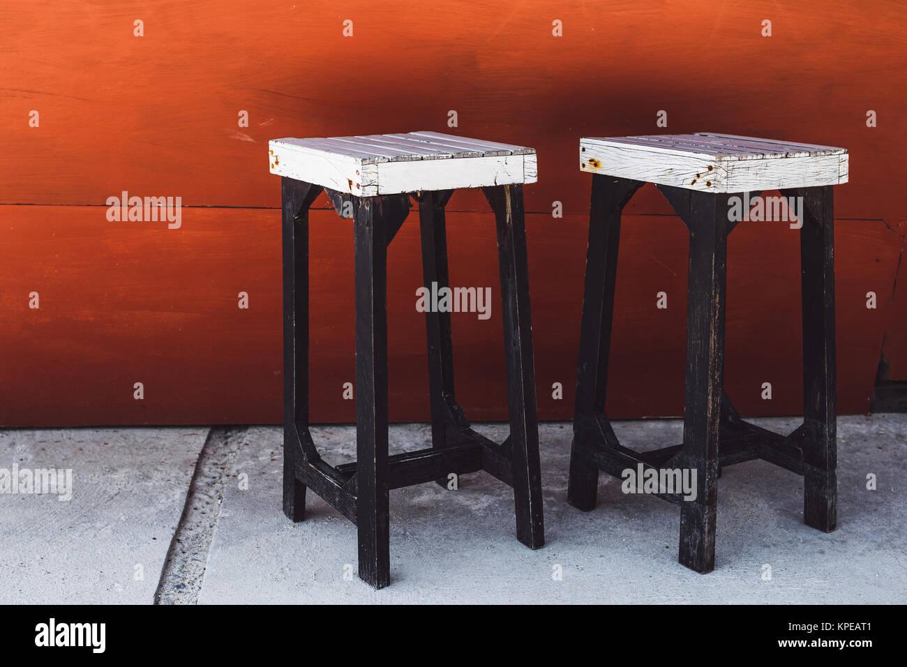 Stock Sgabelli Bar.Vintage White Sgabelli Bar Su Uno Sfondo Rosso Foto