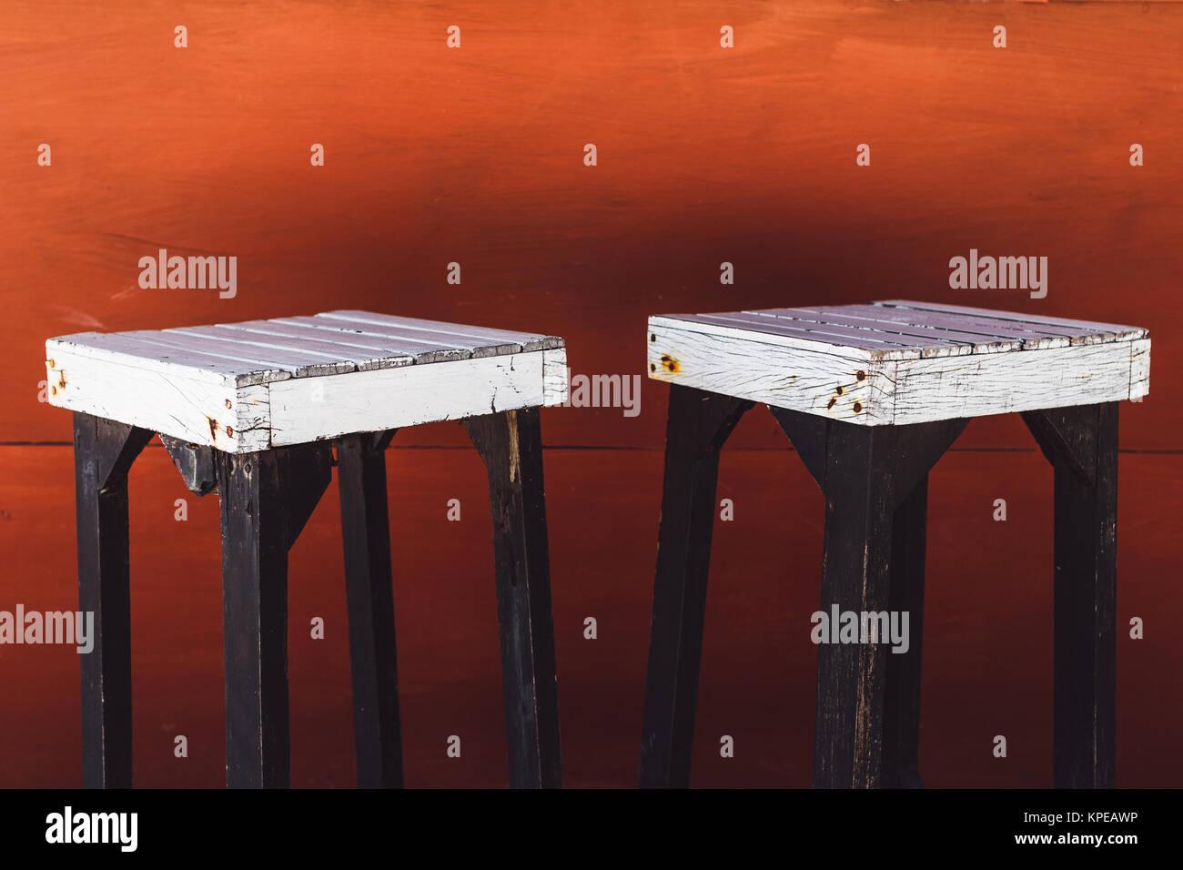 Vintage white sgabelli bar su uno sfondo rosso foto immagine
