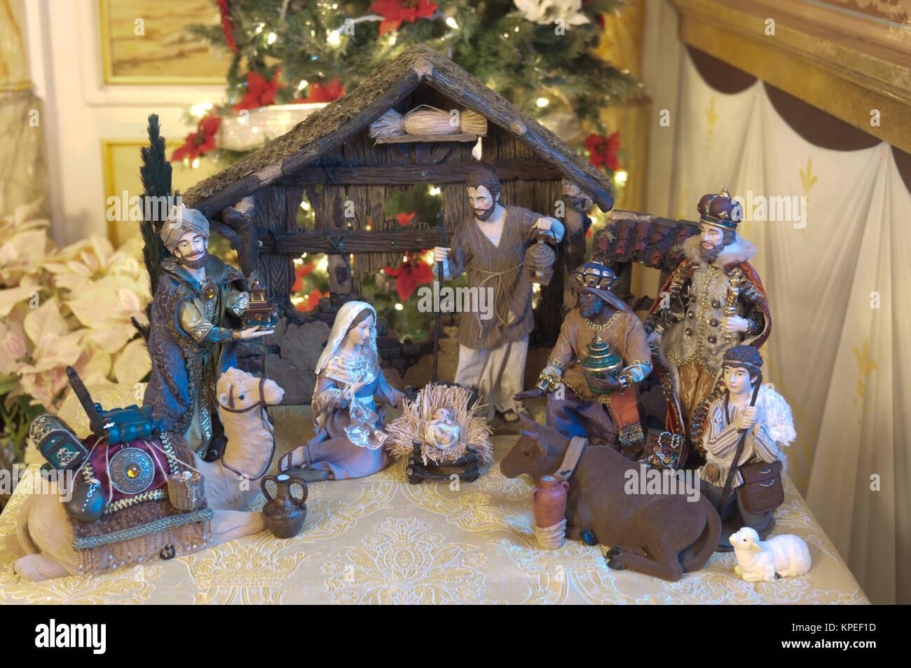 74017094b7fe Presepe con tre Saggi presentando doni al Bambino Gesù, la Santa Maria e  Giuseppe.