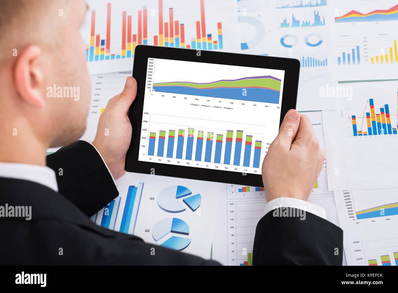 I mediatori analizzando il grafico su tavoletta digitale Immagini Stock