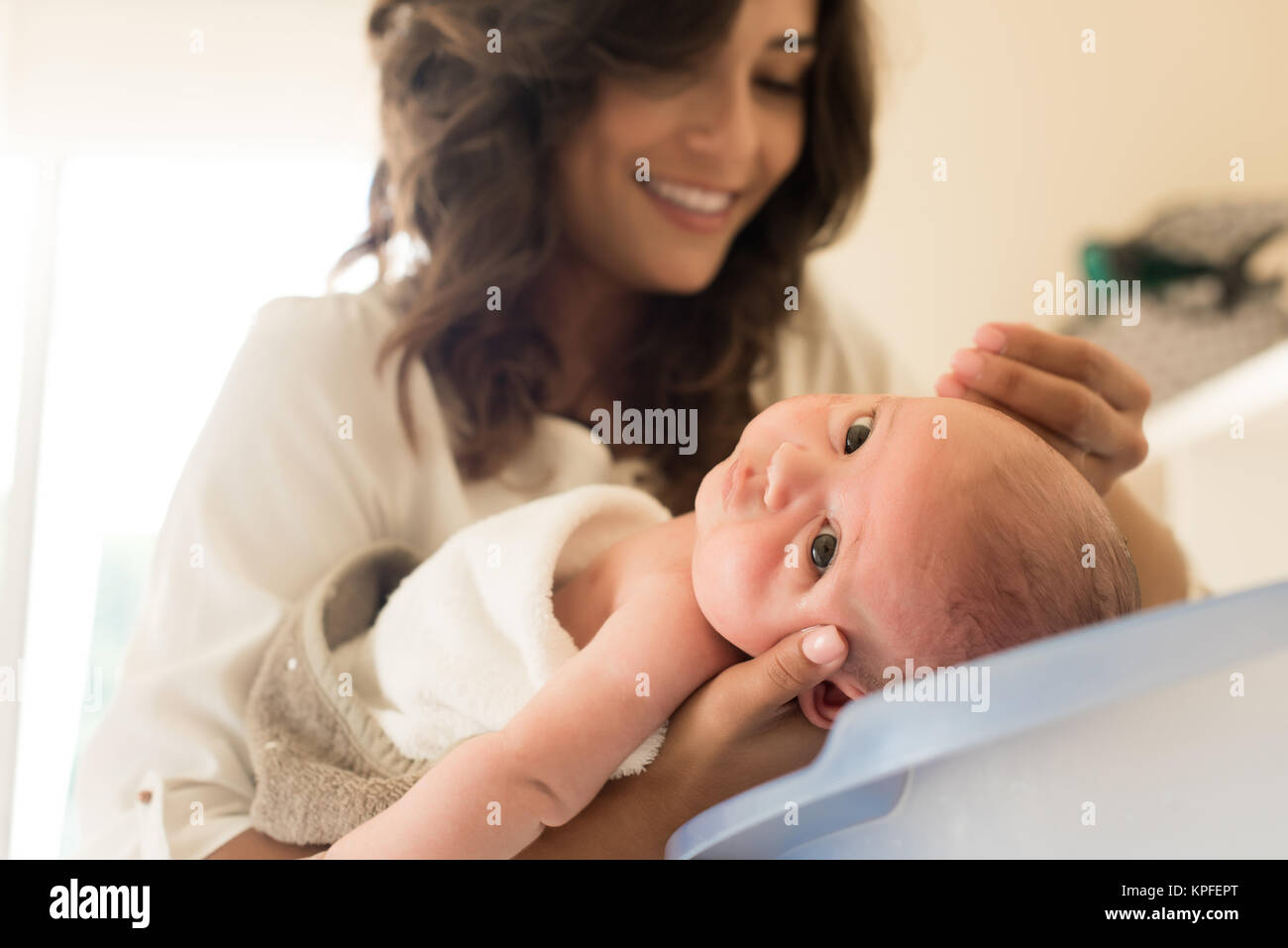 Vasca Da Bagno Neonato : Madre di lavaggio di un neonato in una vasca da bagno foto