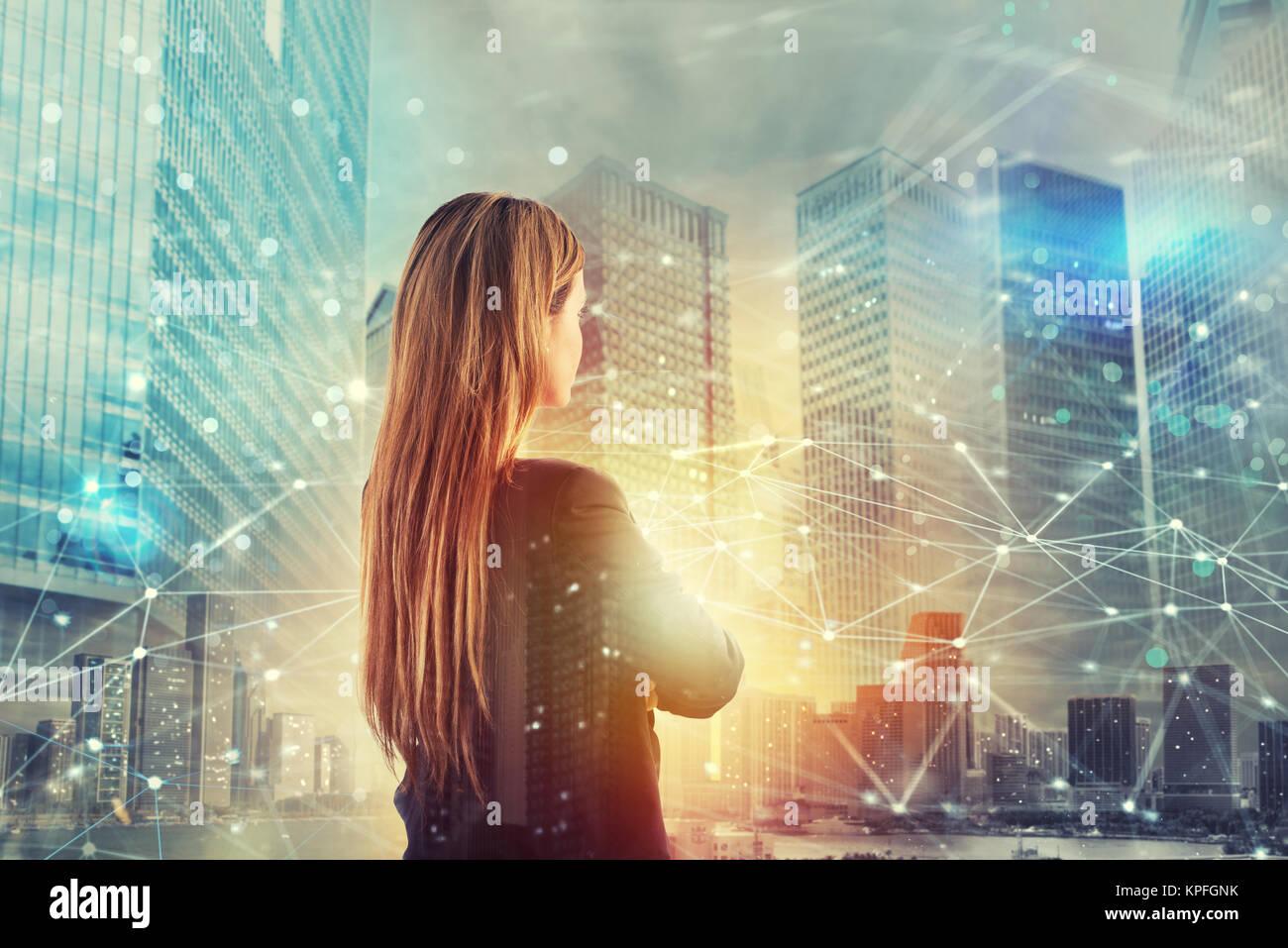 Imprenditrice guarda lontano per il futuro con la rete internet per effetto Immagini Stock
