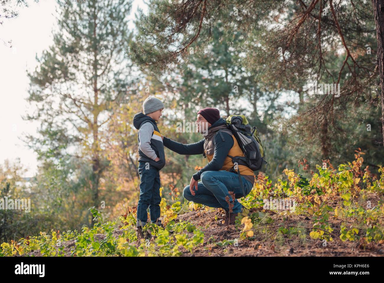 Padre e figlio escursionismo insieme Immagini Stock