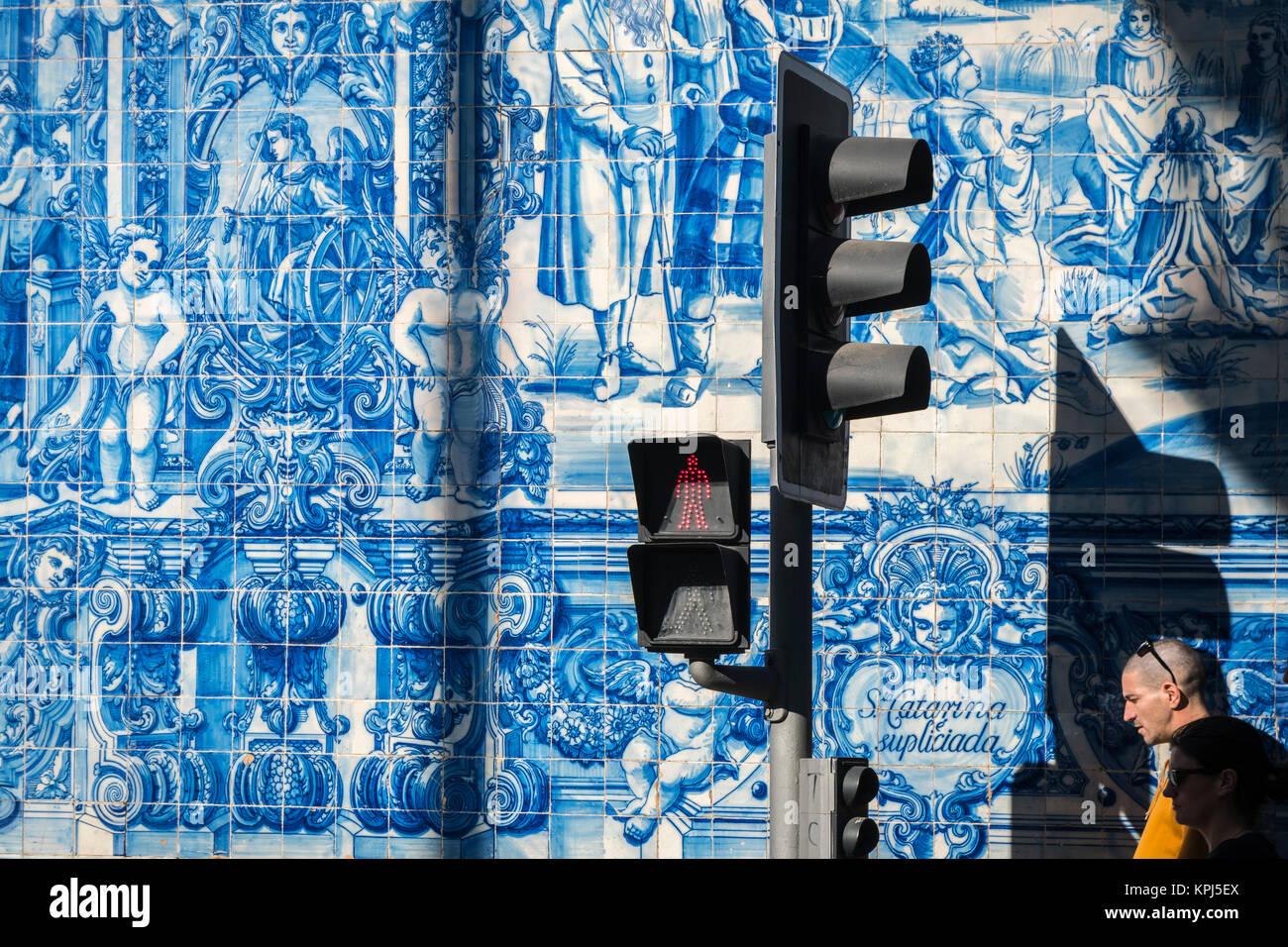 Tradizionale blu smaltata dececorated piastrelle azulejos sull