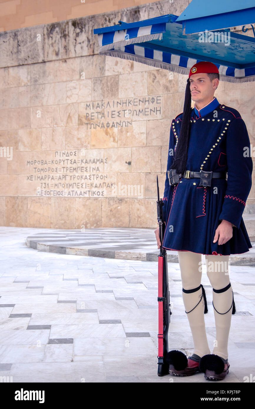 Evzones davanti alla tomba del Milite Ignoto in Piazza Syntagma Foto Stock
