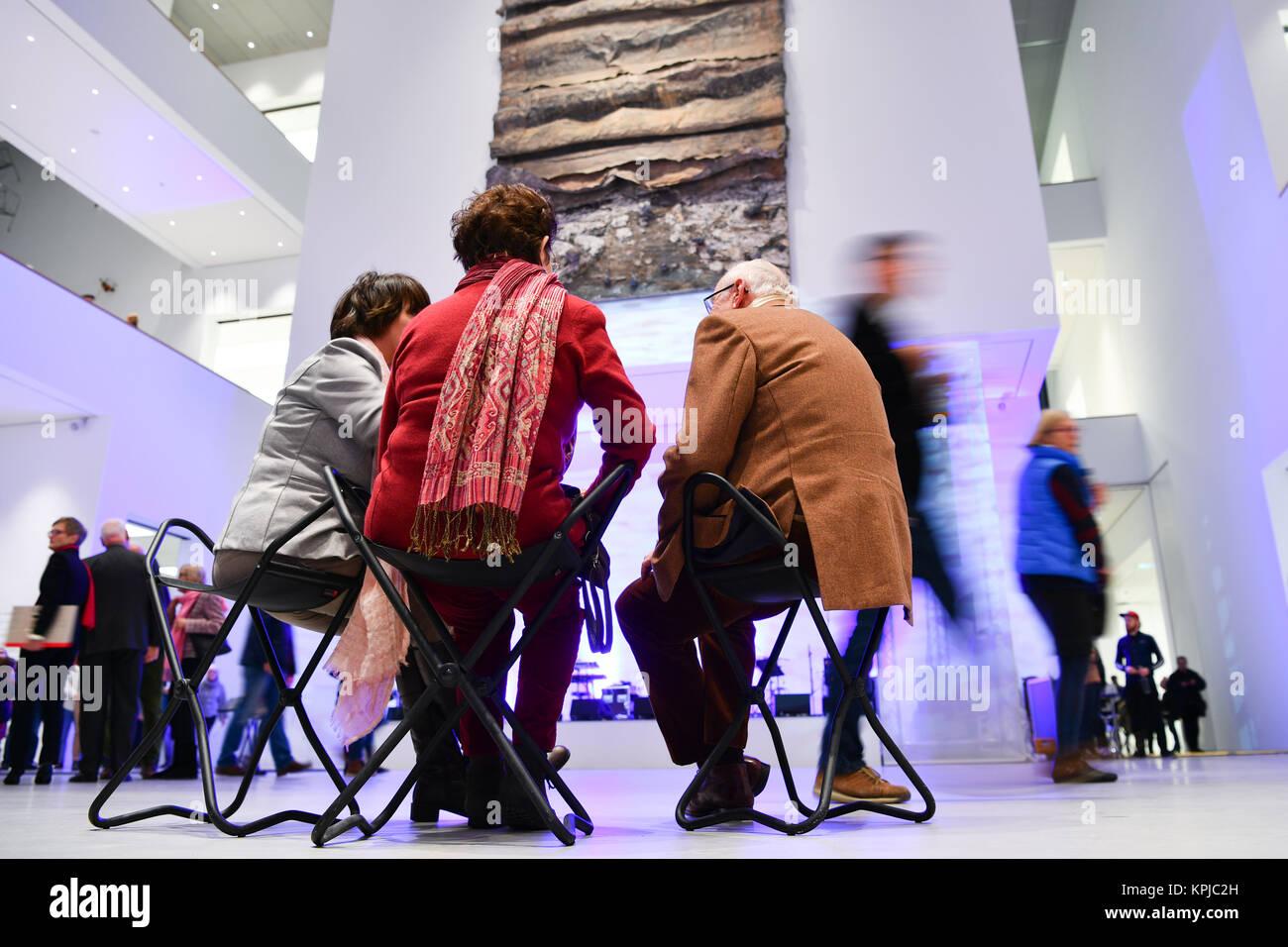 """Mannheim, Germania. 15 Dic, 2017. Gli ospiti seduti accanto all'artista Anselm Kiefer pezzo intitolato """"efiroth' Immagini Stock"""