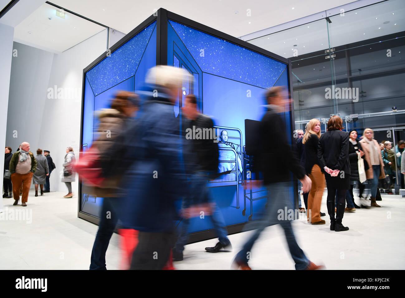 Mannheim, Germania. 15 Dic, 2017. I primi visitatori a piedi dall'artista Martin Honert il pezzo intitolato Immagini Stock