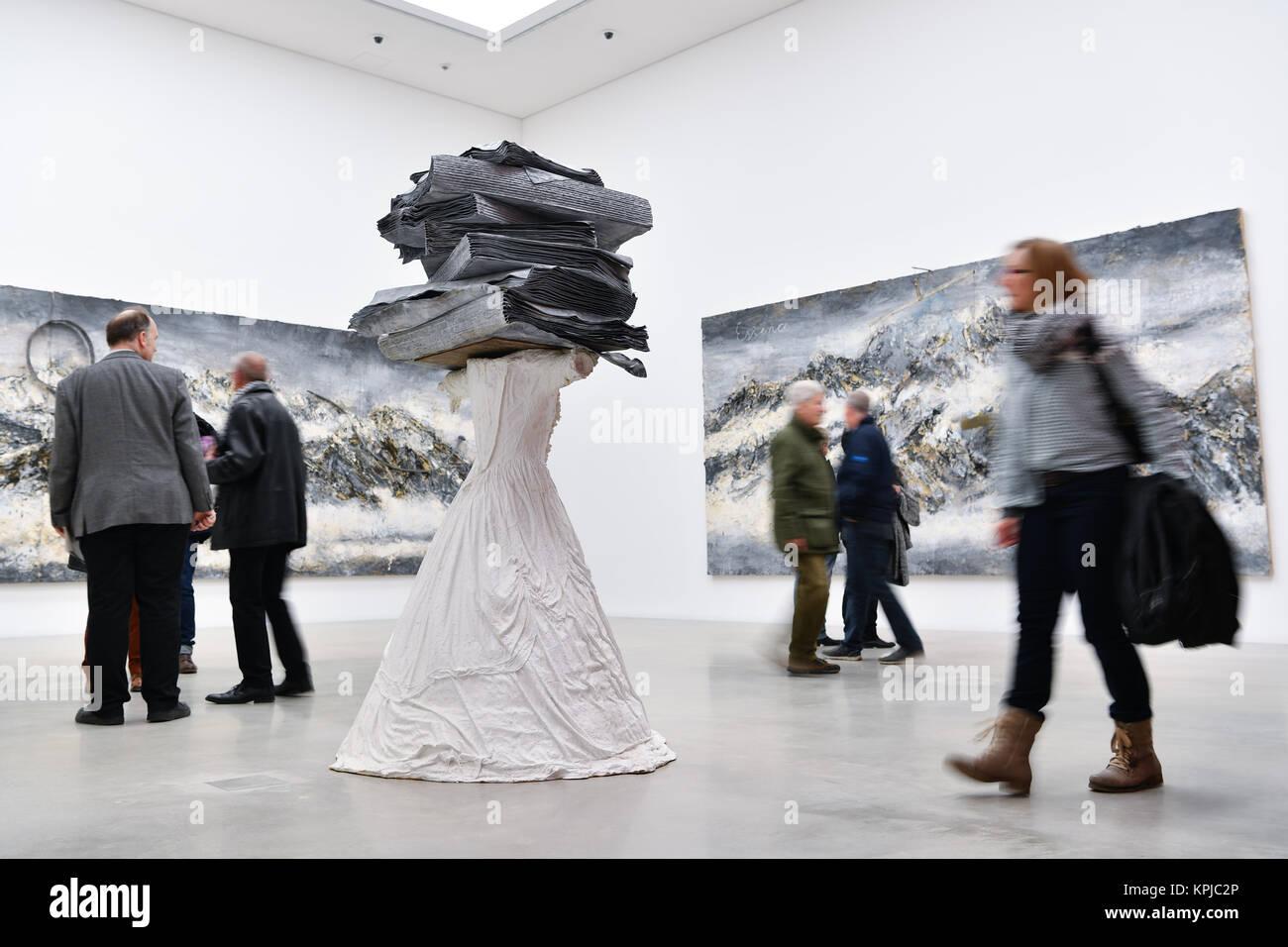 """Mannheim, Germania. 15 Dic, 2017. I visitatori a piedi dall'artista Anselm Kiefer pezzo intitolato """"Donne di Antichità' Foto Stock"""