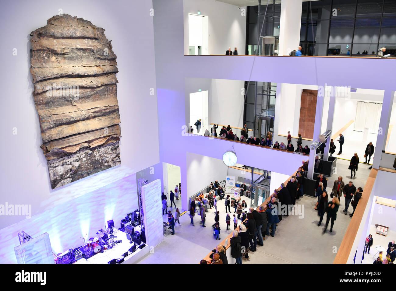 Mannheim, Germania. 15 Dic, 2017. Visitatori nell atrio della neo-costruito Kunsthalle guardando un lavoro di artista Immagini Stock