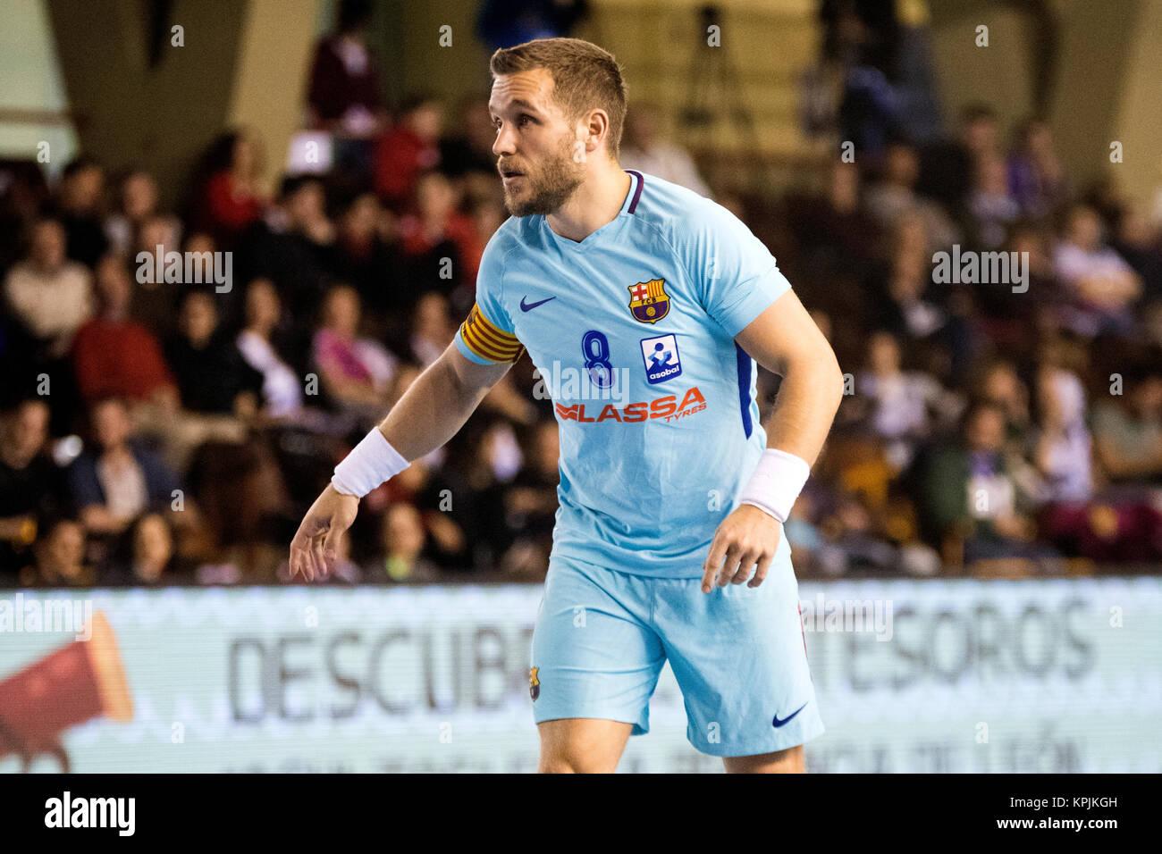 Leon, Spagna. 16 dicembre, 2017. Victor Tomas (FC Barcelona) durante la partita di pallamano di spagnolo 2017/2018 Immagini Stock