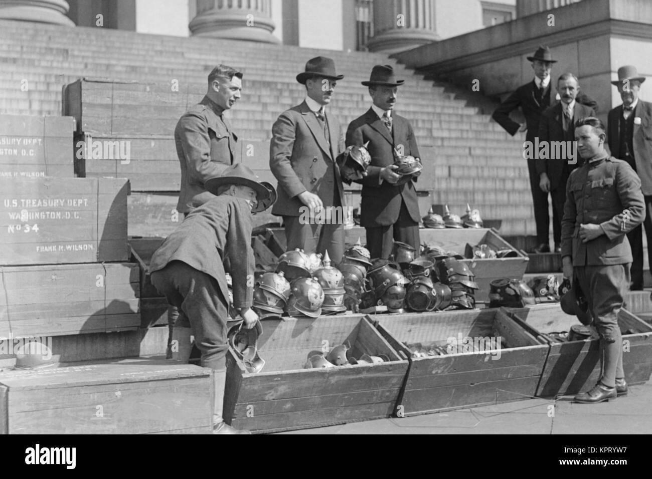 Gli uomini di scarico caschi prussiano Foto Stock