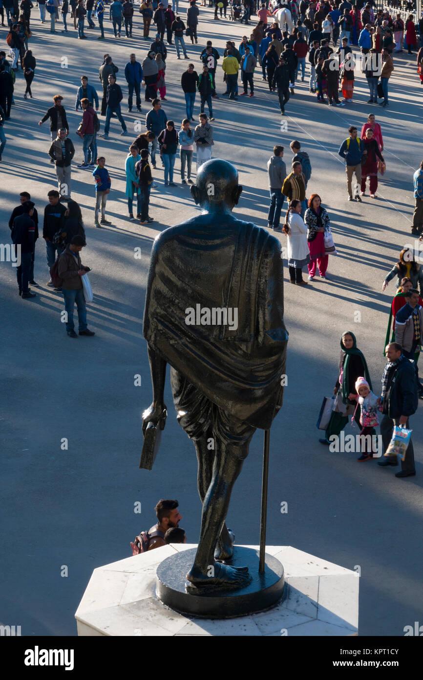 Il Mahatma Gandhi statua sopra la folla di gente sul crinale in Shimla, India Immagini Stock
