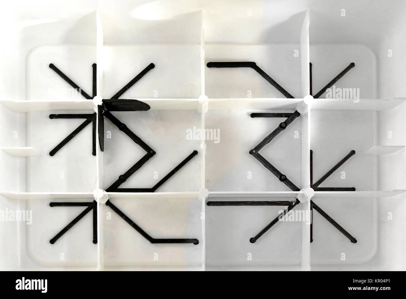 Forme astratte creato da cornici in plastica e puntoni al lato
