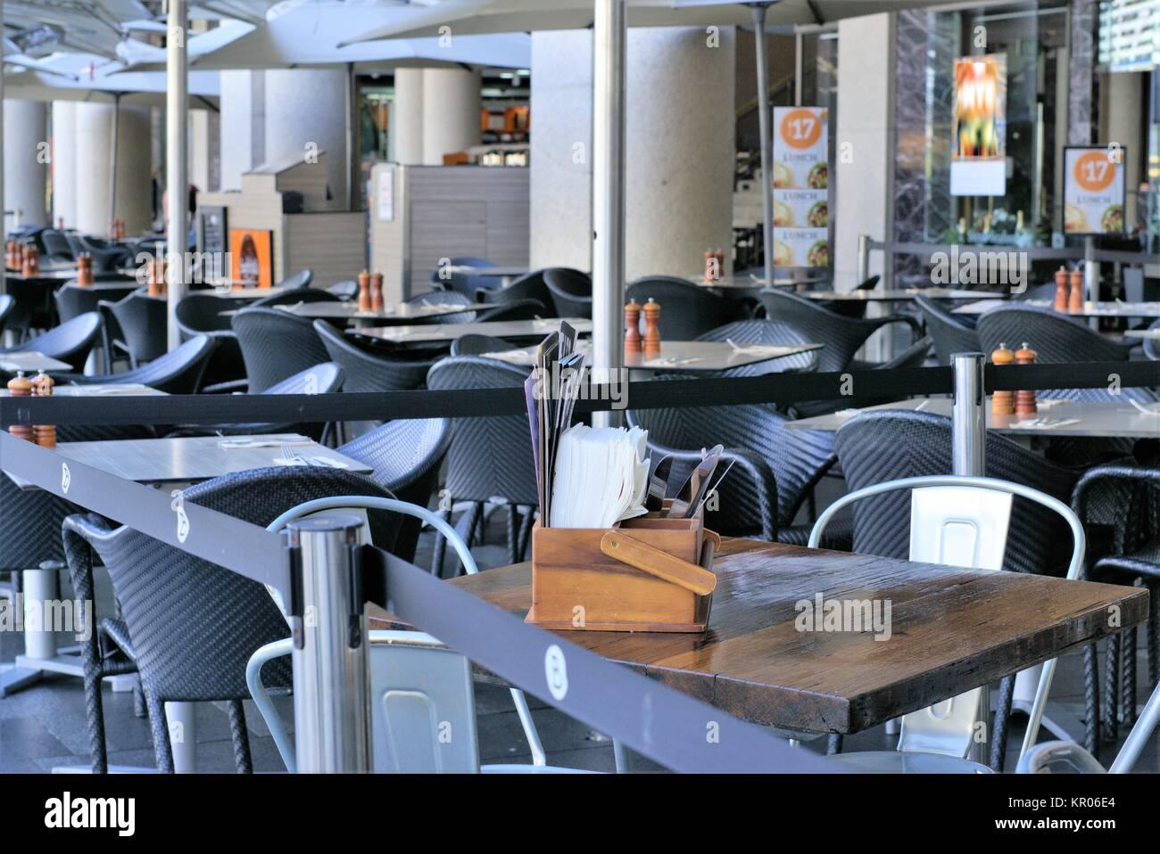 Tavoli Da Esterno Per Ristoranti.Mobili Da Esterno Del Ristorante Aperto Tavoli In Legno E Sedie Di