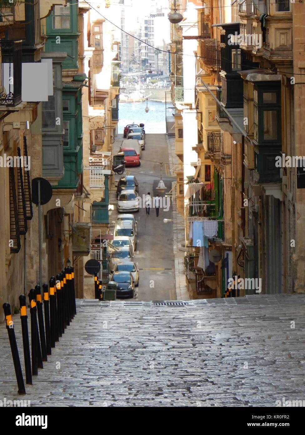Strette,strada ripida con ciottoli a La Valletta, Malta, il porto Foto Stock