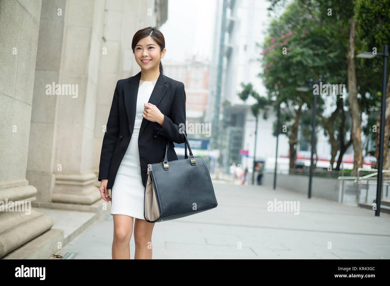 Imprenditrice trasportare una borsa e lasciando la carica Immagini Stock