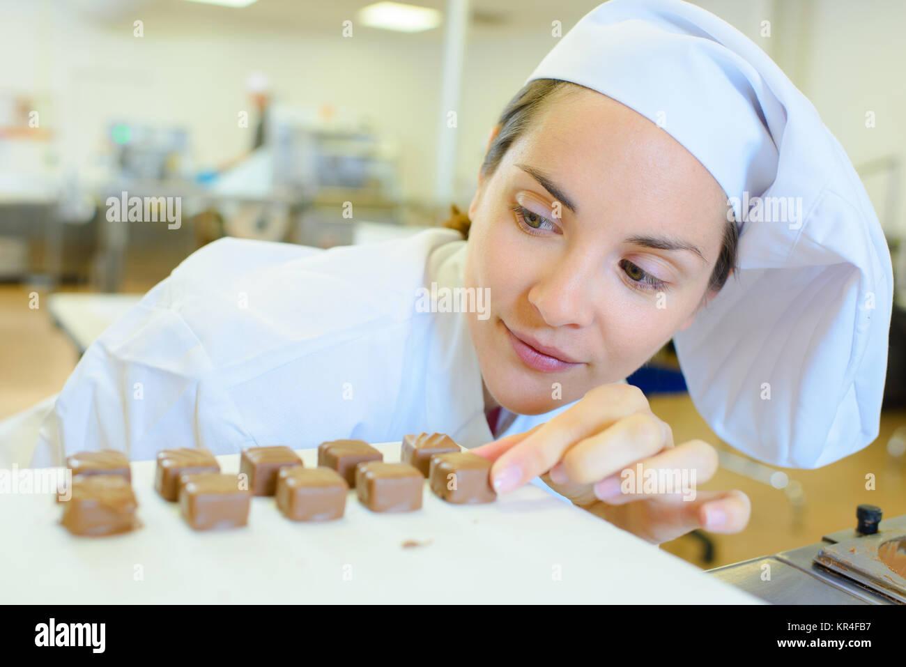 Lo Chef allineando caramelle Immagini Stock