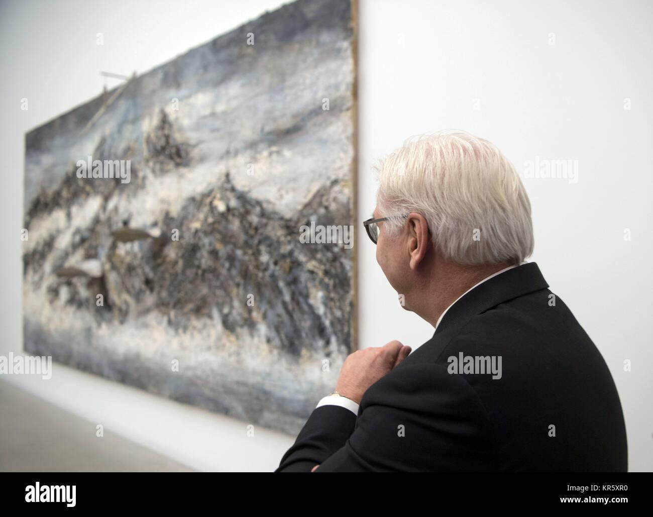 Mannheim, Germania. Xviii Dicembre, 2017. Il Presidente tedesco Frank-Walter Steinmeier guardando il pezzo per artista Immagini Stock